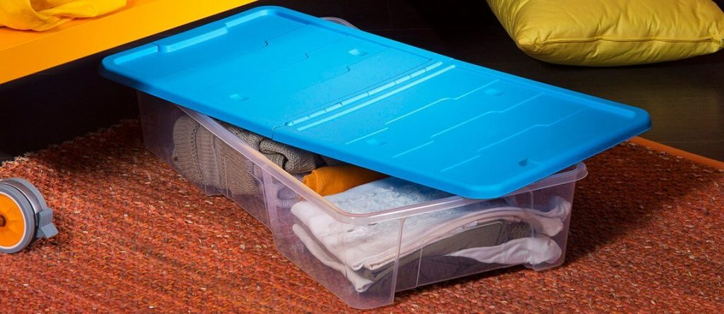 Para qué sirven las cajas con ruedas debajo de la cama